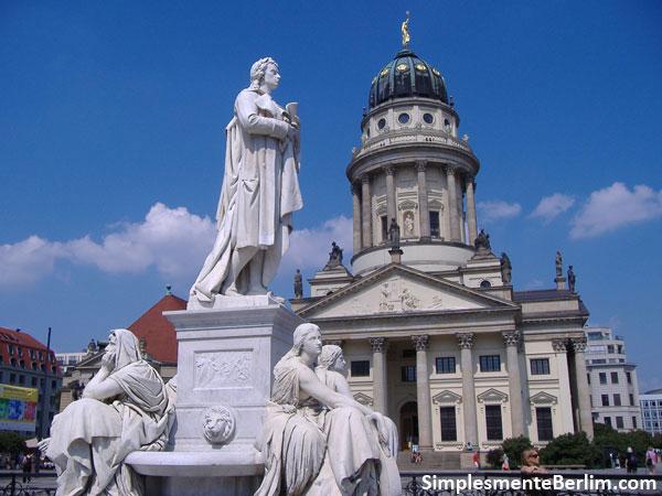 Gendarmenmarkt - Estátua Schiller com Catedral Francesa ao fundo
