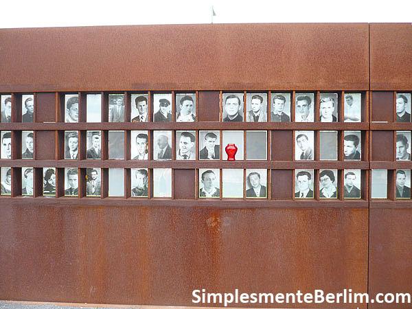 Memorial do Muro de Berlim na Bernauerstr. - Parede com fotos das pessoas mortas no muro de Berlim