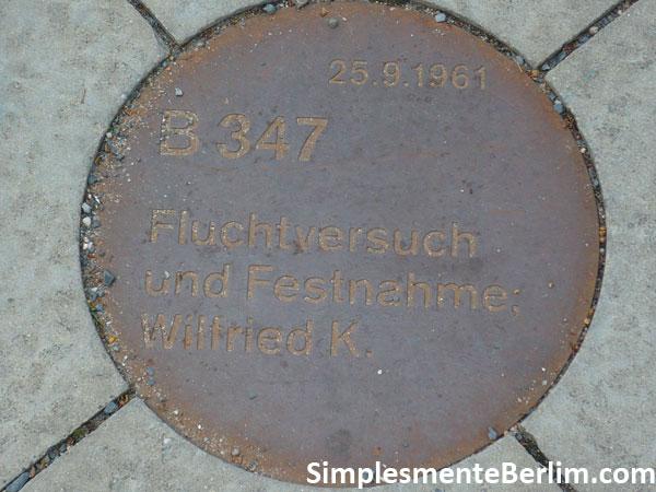 Memorial do Muro de Berlim na Bernauerstr. - Plaquinhas no chão
