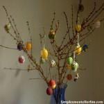 """Neste vaso usei algus ovos comprados prontos e algumas das """"obras de arte"""" pintadas por mim e meu esposo :-)"""