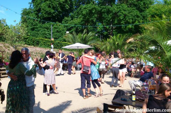O pessoal dançando tango no Strandbar Mitte