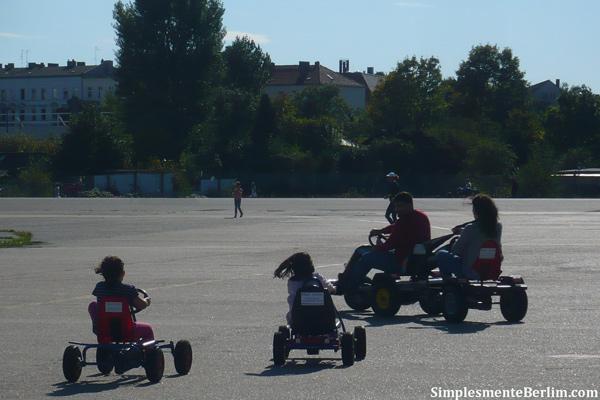 Crianças Se Divertindo No Parque: Tempelhofer Park (Parque Tempelhof