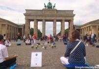 Gente meditando no Portão