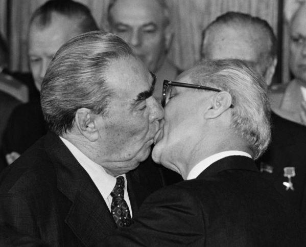 """Beijo da Irmandade Socialista"""